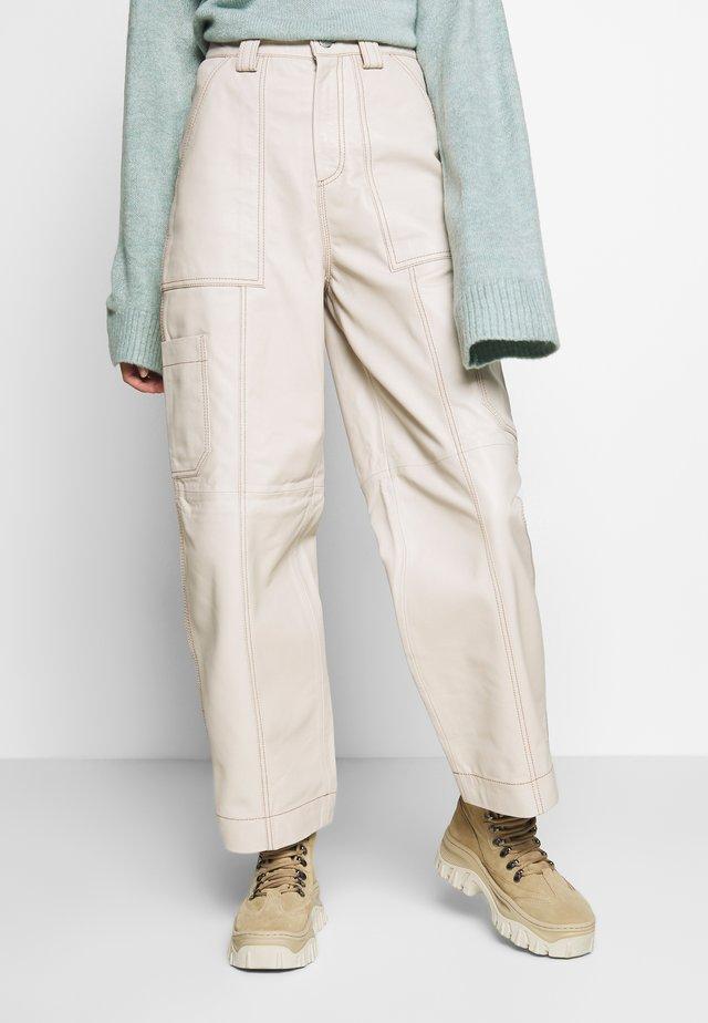 TORI LEATHER UTILITY - Pantaloni - cream