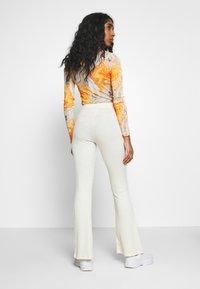Topshop - UP FLARE - Kalhoty - off white - 2