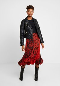 Topshop - PAISLEY MIXED PRINT MIDI - Maxinederdele - red - 1