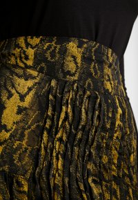 Topshop - WARPED ANIMAL - Plisovaná sukně - ochre - 5