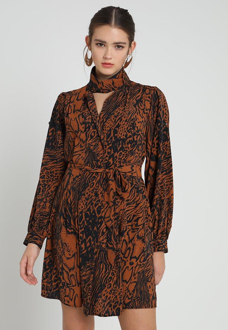 Topshop - SNAKE DRESS - Blusenkleid - tan