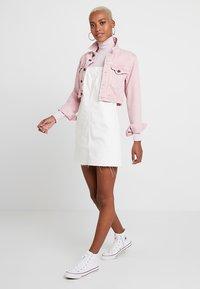 Topshop - RING PINI - Denimové šaty - white - 1