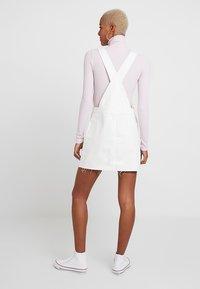 Topshop - RING PINI - Denimové šaty - white - 2