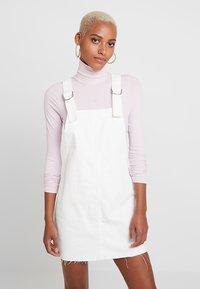 Topshop - RING PINI - Denimové šaty - white - 0