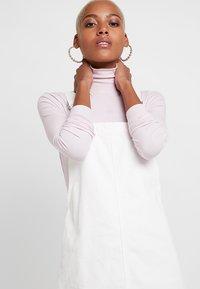 Topshop - RING PINI - Denimové šaty - white - 3