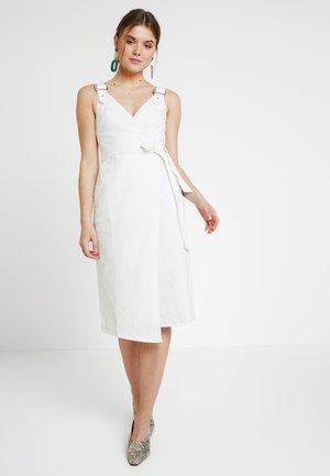 MIDI BUCKLE BELTED DRESS - Denimové šaty - white