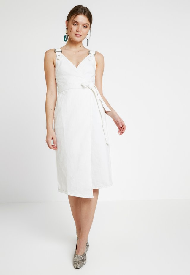 MIDI BUCKLE BELTED DRESS - Vestido vaquero - white