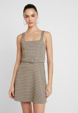BELTED PINNY - Denní šaty - mus