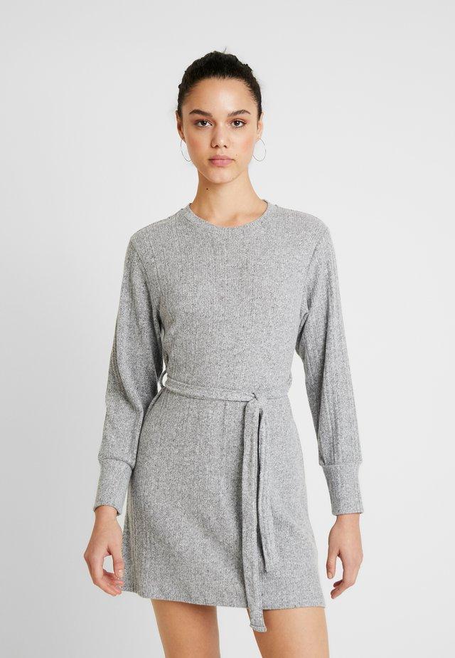 CUT AND SEW MINI - Stickad klänning - grey