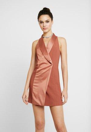 TUX DRESS - Pouzdrové šaty - copper