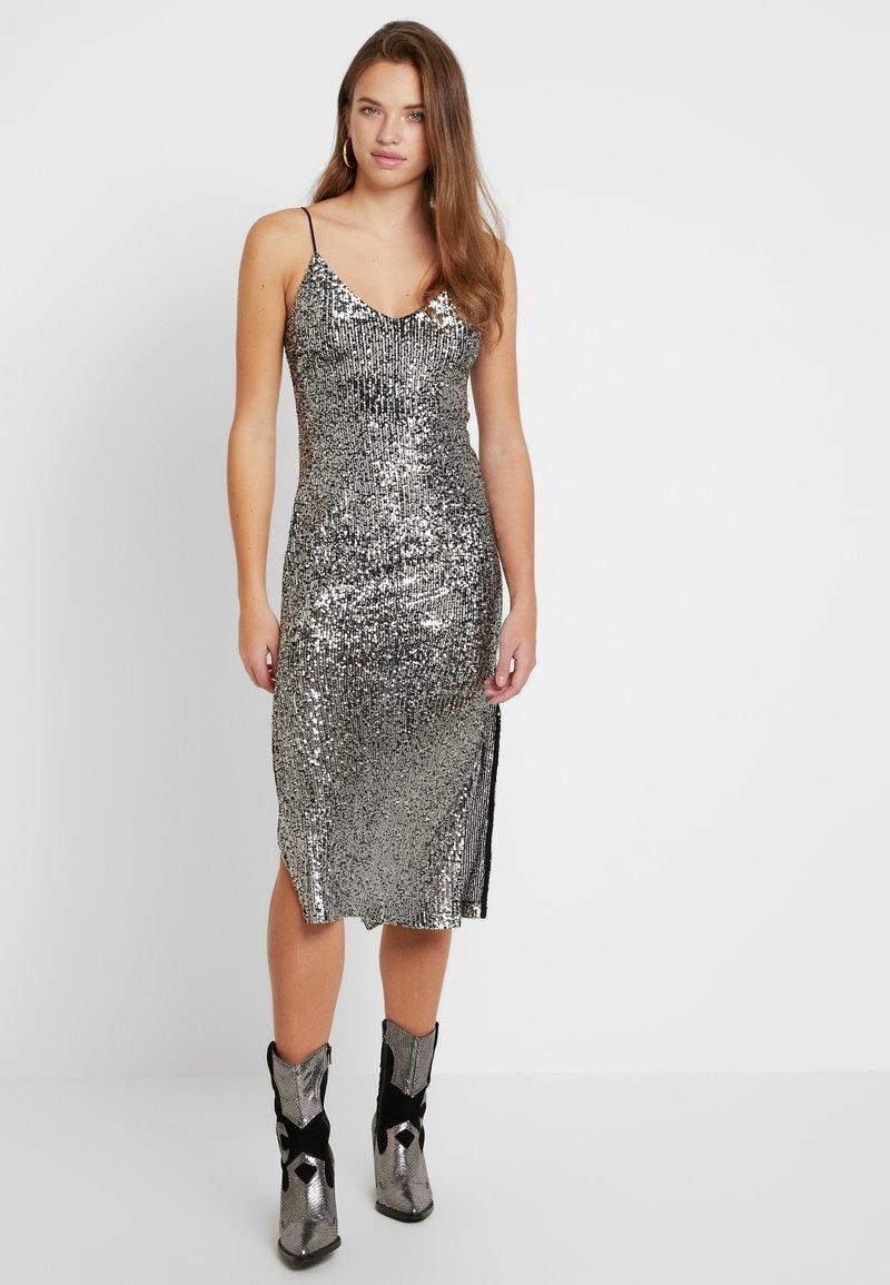 Topshop - SEQUIN DRESS - Vestido de cóctel - silver