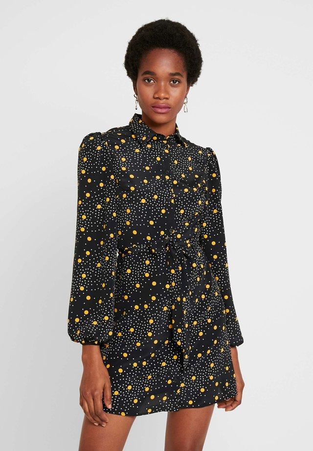 SPOT DRESS - Skjortklänning - mustard