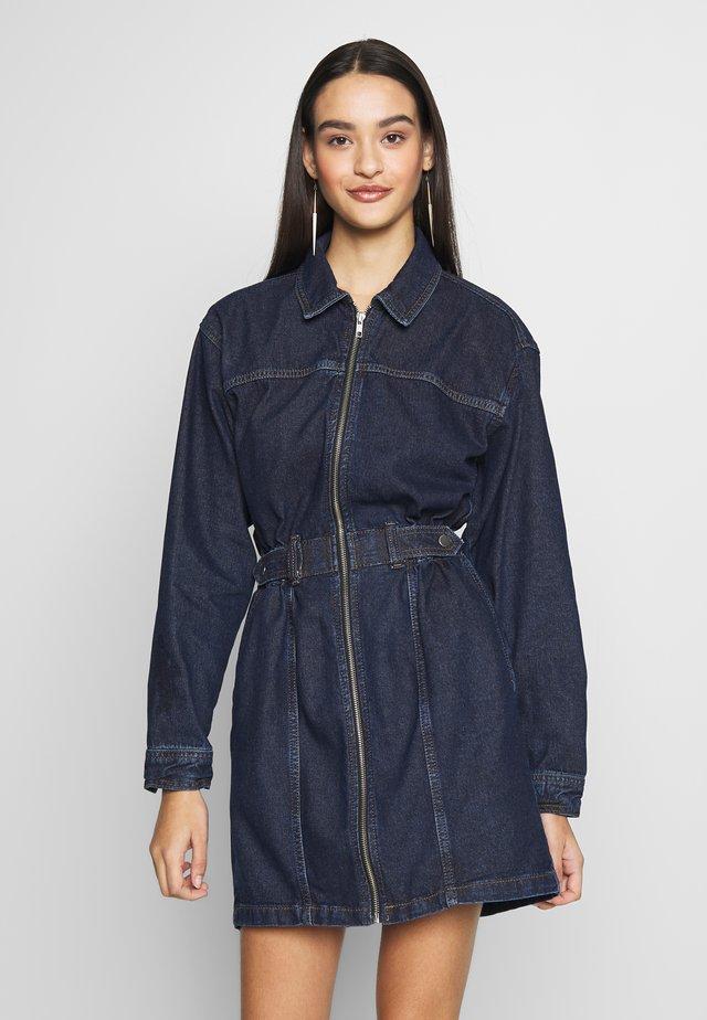SIDE TAB SHIRT DRESS - Sukienka jeansowa - dark blue