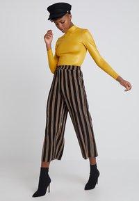 Topshop - SHINY FUNNEL - Langærmede T-shirts - mustard - 1
