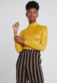 Topshop - SHINY FUNNEL - Langærmede T-shirts - mustard - 0