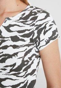Topshop - TIGER PRINT - Camiseta estampada - white/anthracite - 5