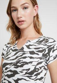 Topshop - TIGER PRINT - Camiseta estampada - white/anthracite - 3