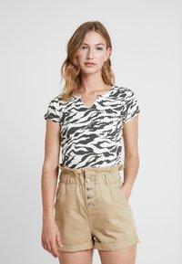 Topshop - TIGER PRINT - Camiseta estampada - white/anthracite - 0