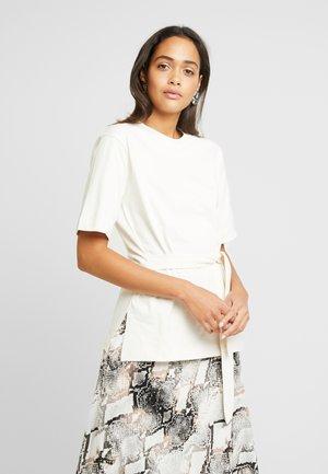BELTED - T-shirt med print - cream