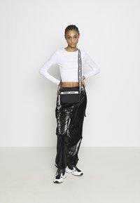 Topshop - 2 PACK HEM - Camiseta de manga larga - black/white - 1