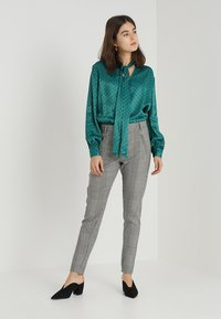 Topshop - SPOT PUSSYBOW BLOUSE - Blouse - green - 1