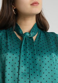 Topshop - SPOT PUSSYBOW BLOUSE - Blouse - green - 4