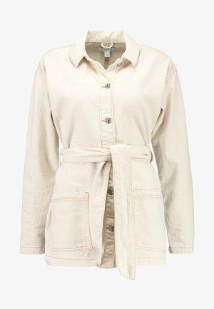 BELTED SHACKET - Krátký kabát - ecru