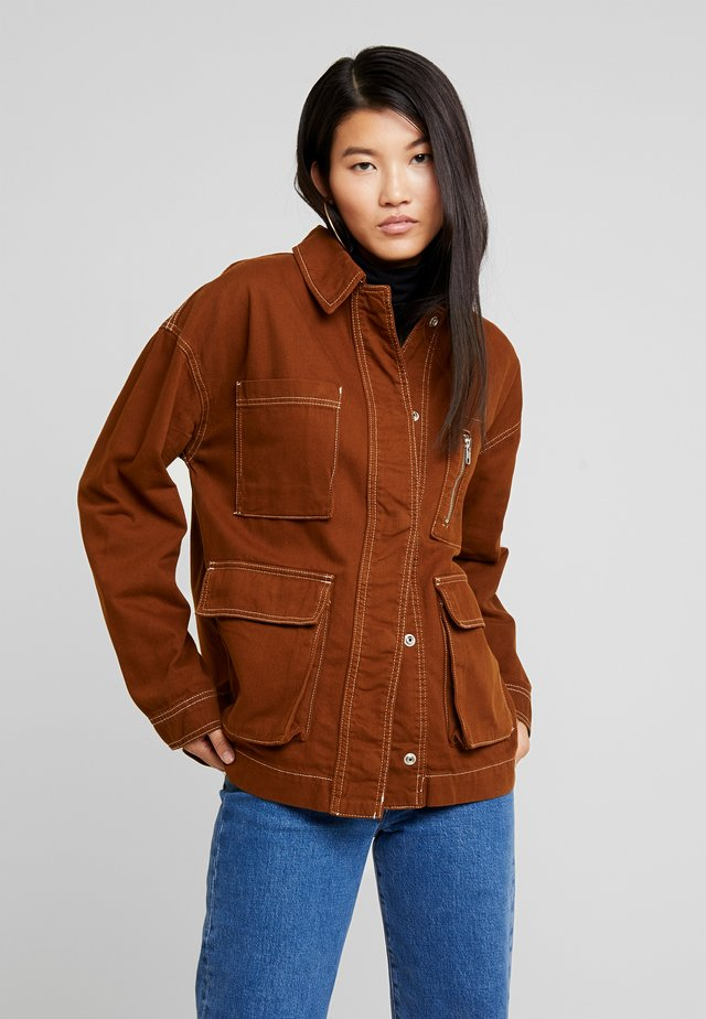 FREYA SHACKET - Chaqueta fina - brown