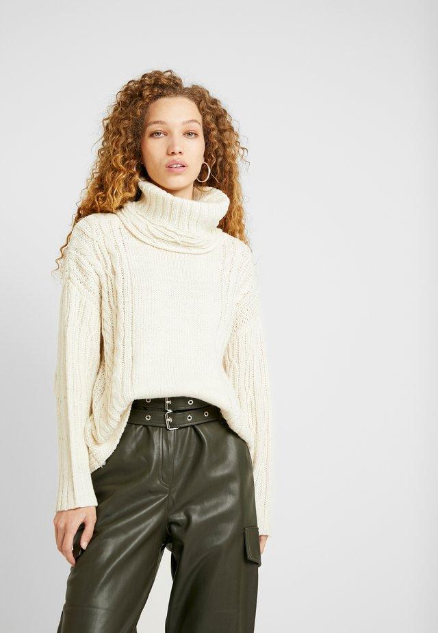 CABLE CHUNKY ROLL - Stickad tröja - ivory