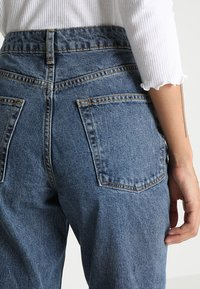 Topshop - MOM NEW - Jeansy Relaxed Fit - mid denim - 6