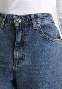 Topshop - MOM NEW - Jeansy Relaxed Fit - mid denim - 4
