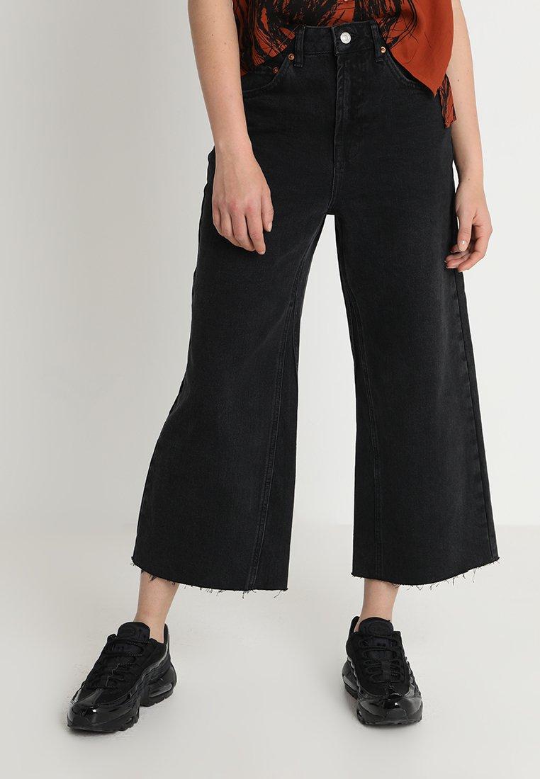 Topshop - AWKWARD CROP - Flared Jeans - washed black