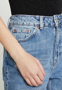 Topshop - DESTROY MOM - Jeans Relaxed Fit - bleached denin - 3