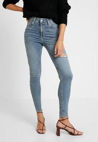 Topshop - THIGH RIP JAMIE - Jeans Skinny Fit - bleached denim - 0