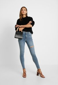 Topshop - THIGH RIP JAMIE - Jeans Skinny Fit - bleached denim - 1
