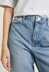 Topshop - TWIST SEAM MOM - Jeansy Relaxed Fit - mid blue - 4