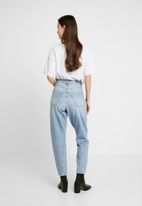 Topshop - TWIST SEAM MOM - Jeansy Relaxed Fit - mid blue - 2