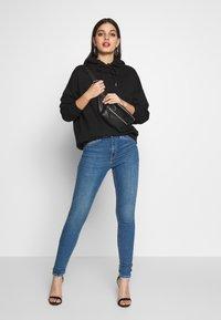 Topshop - ABRAIDED HEM JAMIE - Jeans Skinny Fit - mid blue - 1