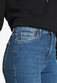 Topshop - ABRAIDED HEM JAMIE - Jeans Skinny Fit - mid blue - 4