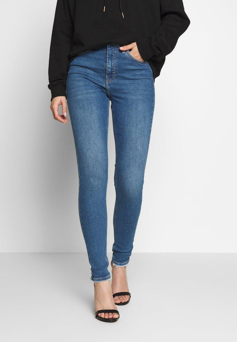 Topshop - ABRAIDED HEM JAMIE - Jeans Skinny Fit - mid blue