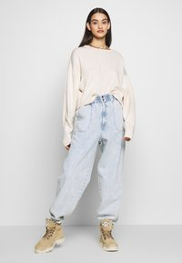 Topshop - ELASTIC BAGGY - Džíny Relaxed Fit - bleached denim - 1