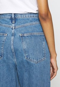 Topshop - DART PARELLEL - Jeansy Straight Leg - mid blue - 5