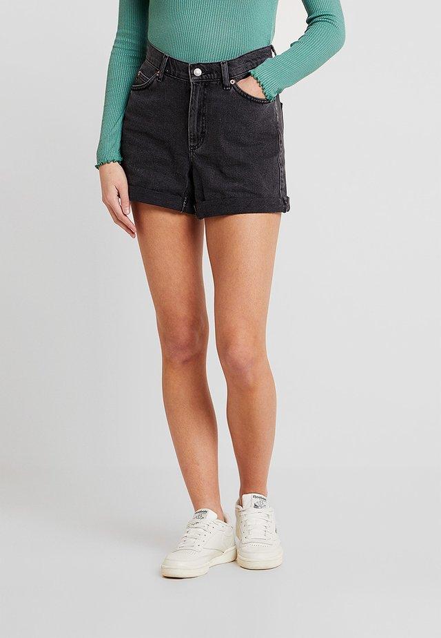 ROLL HEM MOM - Shorts vaqueros - black denim