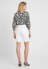 Topshop - RIGID CYCLE - Jeans Short / cowboy shorts - white - 2