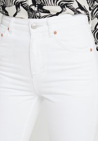 Topshop - RIGID CYCLE - Jeans Short / cowboy shorts - white - 4