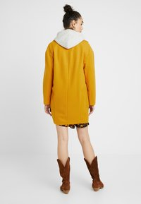 Topshop - CARLY CHUCK ON - Manteau court - mustard - 2
