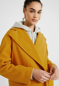 Topshop - CARLY CHUCK ON - Manteau court - mustard - 3