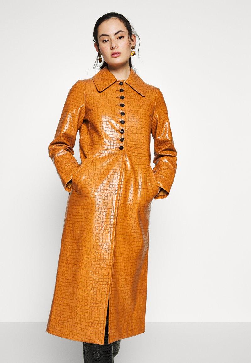 Topshop - WARWICK REPTILE - Classic coat - tan