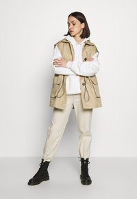 Topshop - SLEEVELESS CROP TRENCH - Smanicato - sand - 1