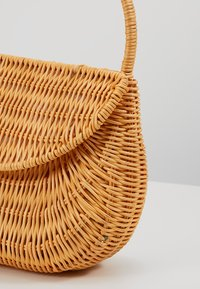 Topshop - SPLIT WICKER MINI - Handtas - natural - 6